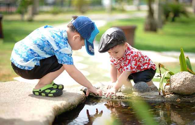Дети играют на берегу у воды