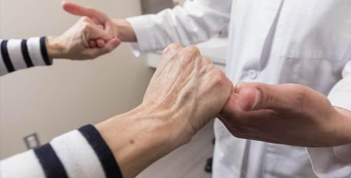 Дрожание конечностей: причины, разновидности и варианты лечения