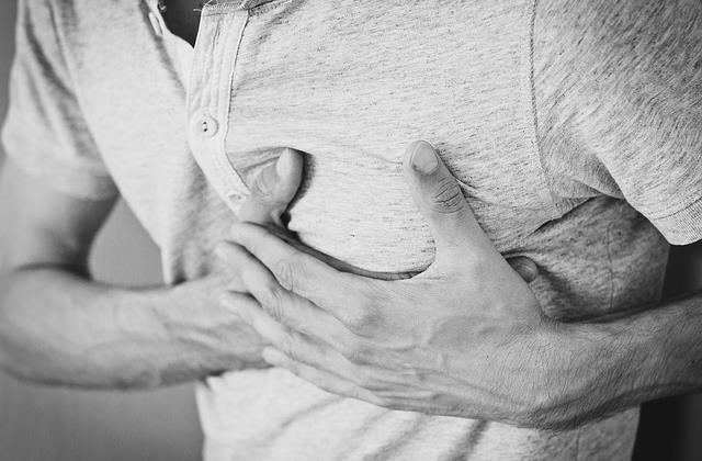 Острые болезненные ощущения в груди при дыхании