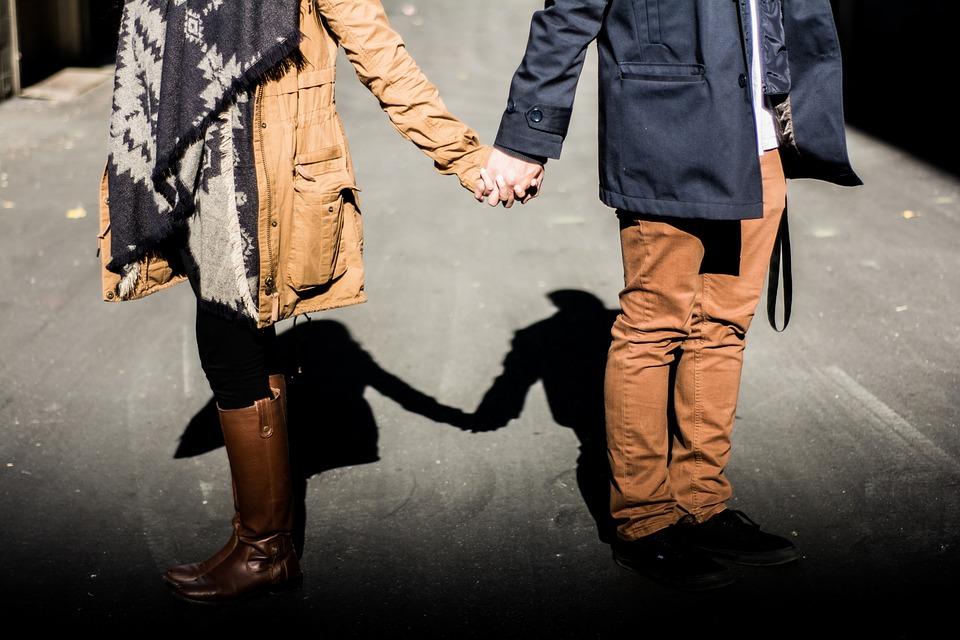 Если парень тебя любит: как понять и на что обратить внимание