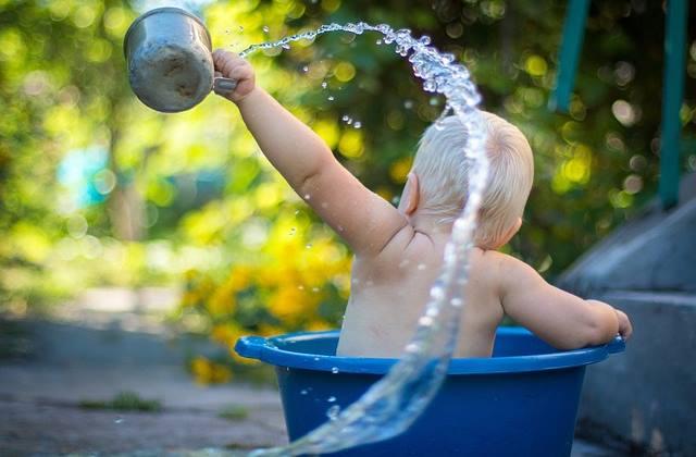 Малыш купается в воде