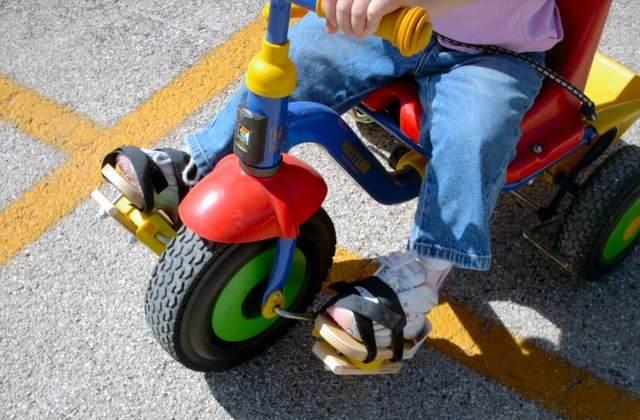 Здоровый ребенок на велосипеде