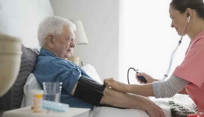 почему возникает низкое давление после инсульта