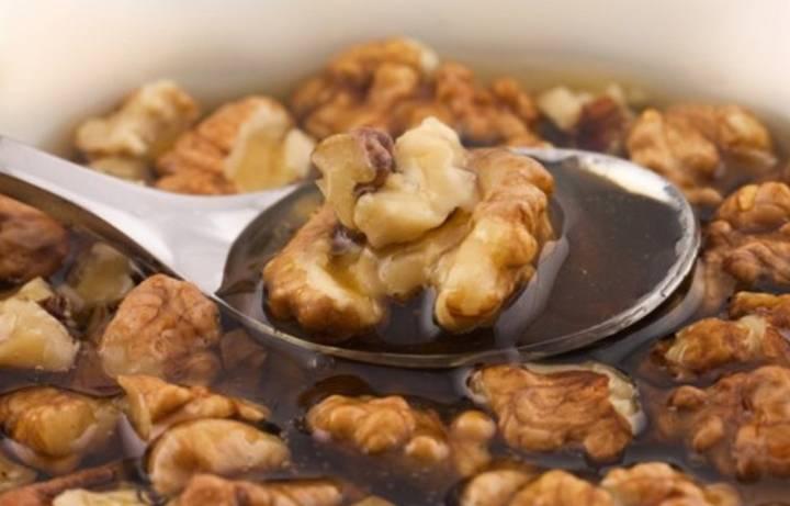 Мед и грецкие орехи