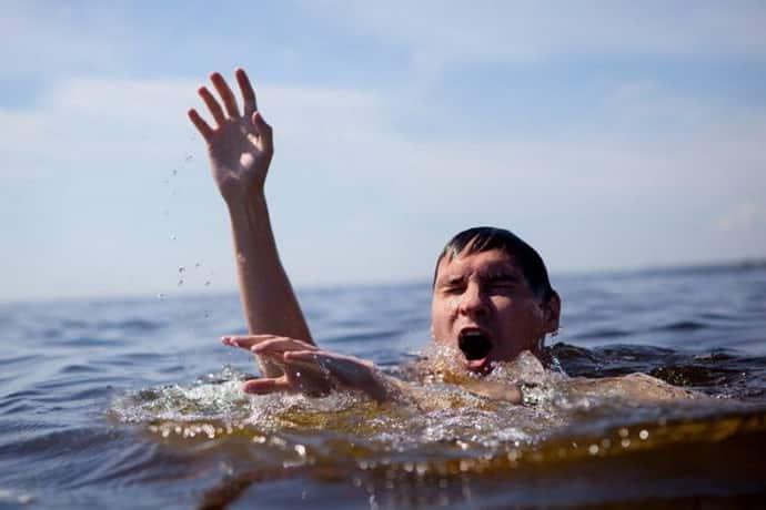 Почему в бассейне сводит ноги