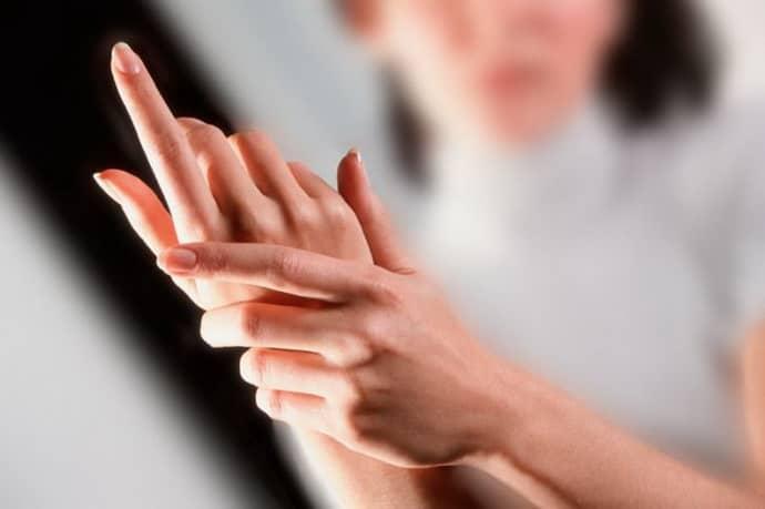 Прочему немеет мизинец на правой руке