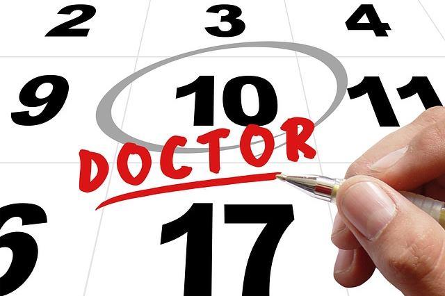 Вакцинируют детей согласно календарю прививок
