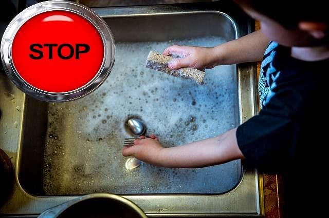 Нельзя допускать попадания моющего средства на пуговку